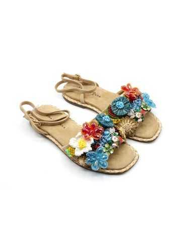 Sandalia ante flores multicolor